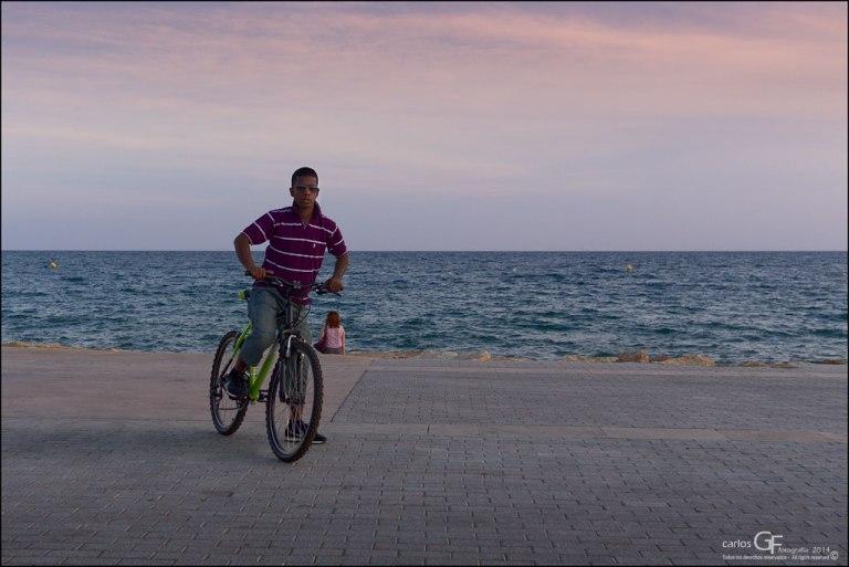 Ciclista con camiseta a rayas