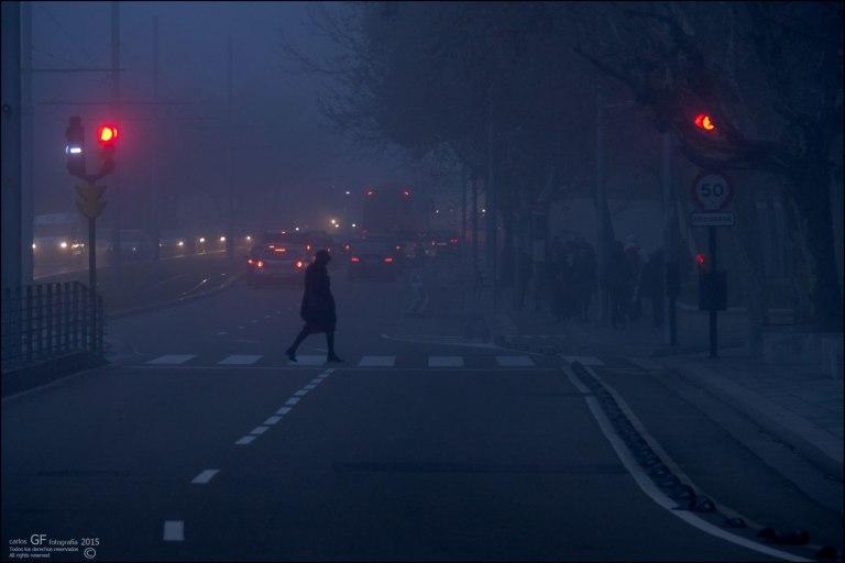 Mujer cruzando un semáforo